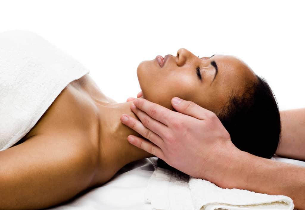 Massage visage jeune maman