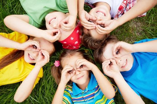 groupe d'enfants sur l'herbe
