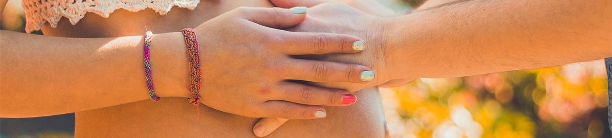 Accompagnement périnatale grossesse mains couple