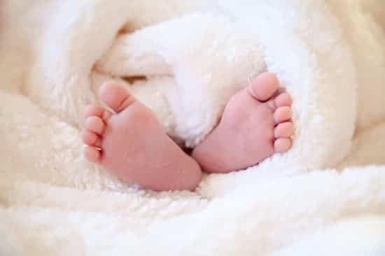 petits pieds de bébé avec couverture